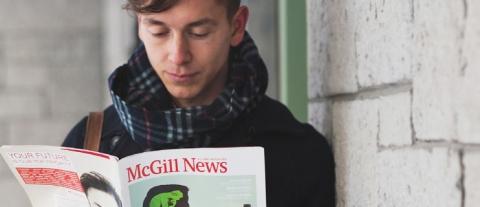 Ancien étudiant en train de lire le McGill News