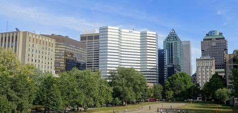 Le centre-ville de Montréal vu depuis le campus central de McGill.