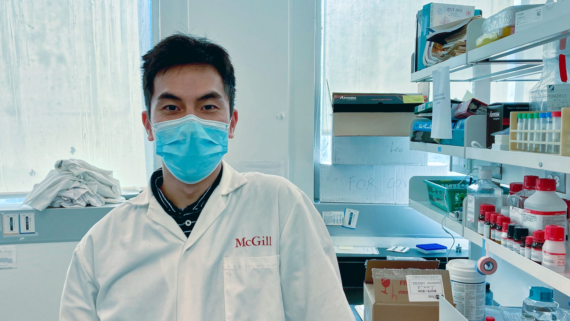 Photo of Leo Shen in his lab