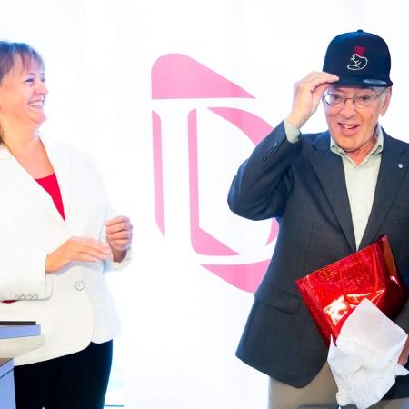 Dean Isabelle Bajeux-Besnainou presents Henry Mintzberg with a cap as a gift.