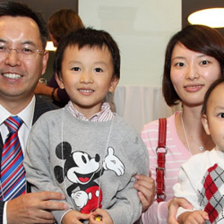 Victor Wang, MBA'01 and family (Owen Egan)