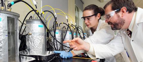 2 men working in a lab