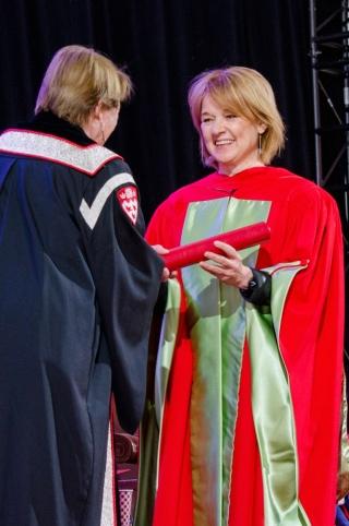 Johanne Poirier receiving her award from Principal Fortier. Johanne Poirier recevant son prix des mains de la principale Fortier.