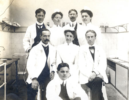 Doctors and nurses of the Royal Victoria Hospital. (photo 1903). MUA PU023824.