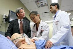 Dr. Levin et étudiants au Centre de simulation