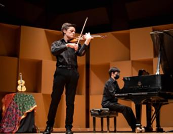 Golden Violin Award winner Russell Iceberg in performance