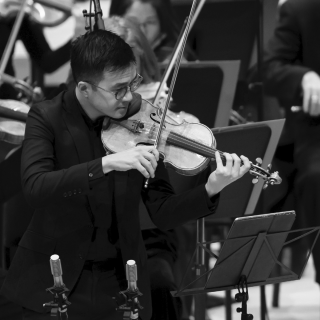 Andrew Wan playing violin on stage with the Orchestre symphonique de Montreal