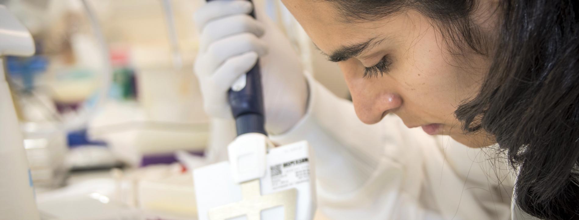 Photo of researcher at The Neuro's EDDU