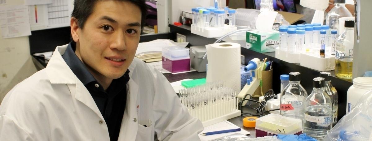 Matthew Y. Tang, chercheur postdoctoral, fait partie de l'équipe qui a trouvé comment le gène PINK1 interagir avec la parkine.