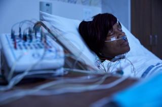 Le trouble du comportement en sommeil paradoxal est associé à la maladie de Parkinson qui est un trouble du mouvement
