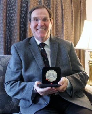 Les médailles sont décernées aux Canadiens ou aux résidents permanents actifs dans leur communauté qui, grâce à leur générosité, à leur dévouement, à leur action bénévole et à leur travail acharné, font de leur ville, de leur communauté, de leur région, de leur province ou de leur territoire un meilleur endroit où vivre.