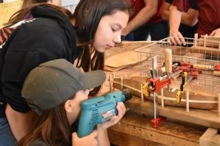 Students building model birch bark canoes as part of a multidisciplinary project. Credit: E-IDEA team / Les élèves construisent des modèles réduits de canoës en écorce de bouleau dans le cadre d'un projet multidisciplinaire. Photo : L'équipe E-IDEA