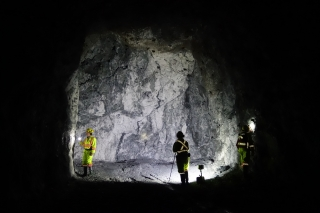 McGill Colloidal Au research team study a mineralized (gold-bearing) vein underground at the Brucejack mine. Credit: Duncan McLeish