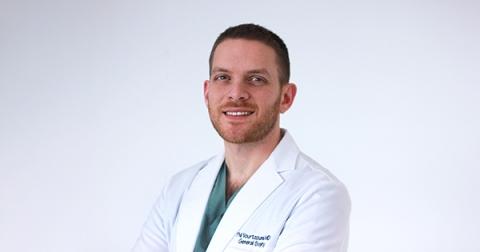 Médecin résident en sarrau blanc