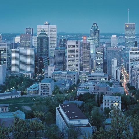 Photo nocturne des gratte-ciels de Montréal