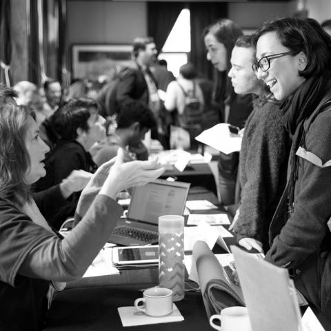Une étudiante parlant à un conseiller lors d'une journée portes ouvertes