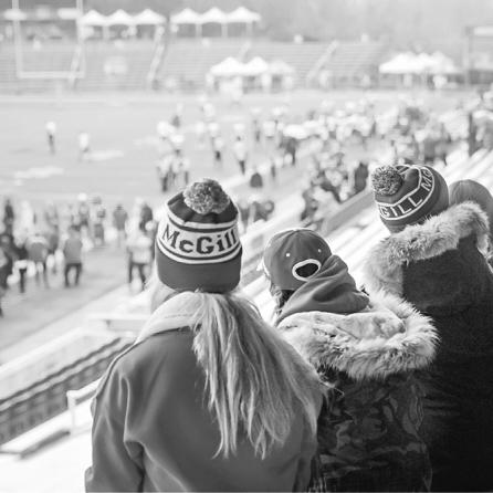 Étudiants qui assistent à un match de football