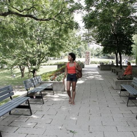 Une étudiante marche sur le campus du centre-ville.